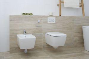 Aby sprostać potrzebom całej rodziny łazienkę wyposażono w wolno stojącą wannę oraz prysznic, jak również szafkę z miejscem na dwie umywalki. Projekt: Joanna Ochota. Fot. Bartosz Jarosz