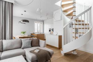Dzięki konsekwencji stylistycznej w aranżacji całego mieszkania uzyskano efekt jednorodnej przestrzeni. Taki efekt uzyskano m.in. dzięki zastosowaniu dębowych desek na podłodze w całej części dziennej. Projekt: MAKA studio. Fot. Foto&Mohito