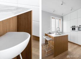 Białe, matowe fronty doskonale sprawdzają się w niewielkich wnętrzach. Dodają lekkości i nie przytłaczają przestrzeni, a przy tym są niezwykle eleganckie, uniwersalne i z pewnością wytrzymają próbę czasu. Projekt: MAKA studio. Fot. Foto&Mohito