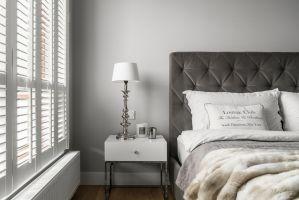 Wyposażenie sypialni oraz wszystkie widoczne elementy zostały dobrane ze szczególną starannością. Każdy detal dodaje temu wnętrzu uroku i wdzięku. Projekt: MAKA studio. Fot. Foto&Mohito