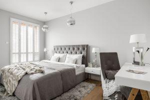Zgodnie z życzeniem właścicielki mieszkania, której ulubionym kolorem są odcienie szarości, wnętrza zaaranżowano w stonowanej gamie kolorystycznej. Projekt: MAKA studio. Fot. Foto&Mohito
