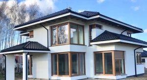 Projektując swój wymarzony dom poszukujemy elementów, które go wyróżnią i sprawią, że stanie się wyjątkowy i niepowtarzalny. Jednym z takich detali są okna narożne – nadają bryle lekkości, tworzą niebanalny efekt wizualny, a domownikom z
