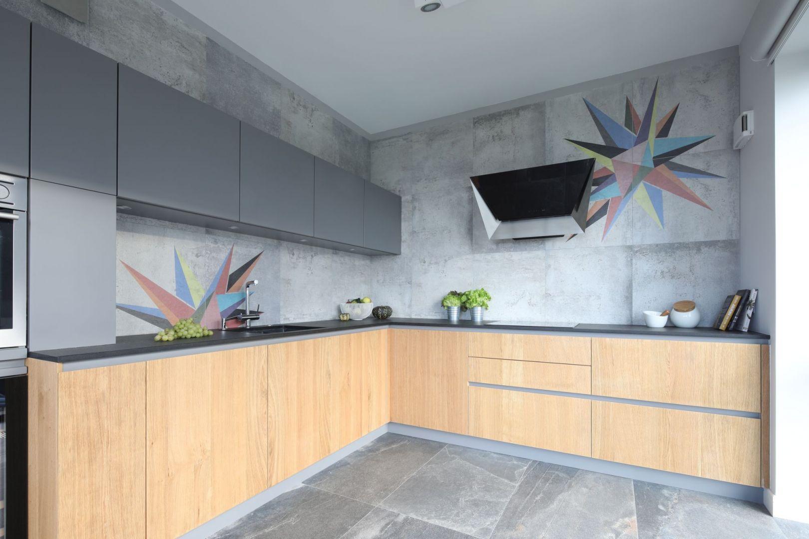 Dekoracja ściany nad blatem w kuchni. Projekt: Magdalen Lehmann. Fot. Bartosz Jarosz