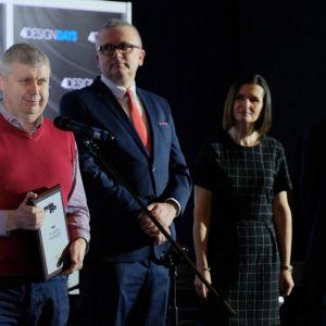 """Wyróżnienie """"Firma Roku 2018"""" magazynu """"Meble Plus"""" w imieniu firmy Rejs odebrał Michał Pesta, dyrektor sprzedaży. Fot. PTWP"""