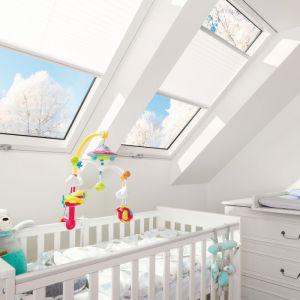 """W ramach rządowego programu """"Czyste Powietrze"""" można wymienić stare okna dachowe na nowoczesne, energooszczędne produkty. Okno dachowe FTT-U U8 Thermo. Fot. Fakro"""