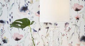 Czasem kłopotliwy może okazać się wybór lamp, które mają oświetlać przestrzeń przy łóżku. Czy muszą być takie same po obu stronach? Niekoniecznie, ale na pewno warto, żeby były spójne stylistycznie.