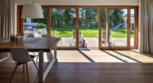 Design ma znaczenie! Coraz częściej wybierając stolarkę okienną zwracamy uwagę nie tylko na jej parametry, ale też na to, jak okna wyglądają i czy pasują do budynku. Rezygnujemy z bieli i standardowych profili na rzecz rozwiązań ciekawszych.