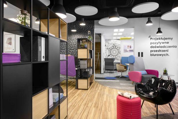 Głównym założeniem nowej siedziby firmy Everspace, specjalizującej się w wyposażaniu biur, było stworzenie wnętrz zorientowanych na użytkownika, komfortowych i będących odpowiedzią na potrzeby pracowników.Nowa przestrzeń Everspace jest do