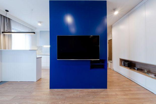 Odważny właściciel był otwarty na propozycje architektek i nie bał się mocnych akcentów kolorystycznych. Powstała minimalistyczna i nowoczesna, a przy tym niepowtarzalna i bardzo funkcjonalna przestrzeń.