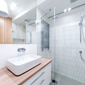 Odważny właściciel 50-metrowego mieszkania na Mokotowie był otwarty na propozycje architektek i nie bał się mocnych akcentów kolorystycznych. Projekt: SOLI Architekci. Fot. Bartosz Gajewski