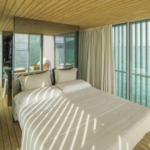 Na pierwszym piętrze o powierzchni 40 m2 znajduje się prywatny pokój z łazienką oraz tarasem będącym przedłużeniem wnętrza. Fot. Guardian Glass