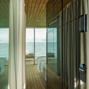 Zastosowane szkło nie tylko odpowiada za przejrzysty, wyraźny i niczym niezakłócony widok otoczenia – błękitu morza oraz natury – ale także zaciera granicę pomiędzy światem zewnętrznym, a wnętrzem.  Fot. Guardian Glass