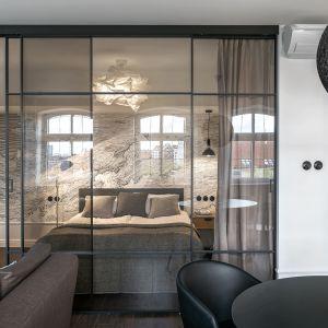 Drzwi Raumplus S1200 w projekcie mieszkania na gdańskiej Wyspie Spichrzów. Projekt: SMart Studio. Fot. Tom Kurek.