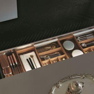 Najlepsze gatunki drewna, nierdzewna stal, a nawet skóra - to materiały, które sprawiają, że po zwykły nóż czy widelec sięga się z taką samą przyjemnością, co po perły w butiku jubilerskim. Fot. Poliform