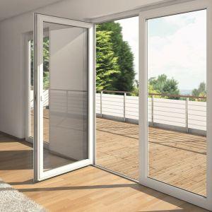 Drzwi balkonowe z niskim progiem i ukrytymi zawiasami. Fot. Awilux