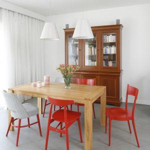 Stół i krzesła do jadalni. Projekt: Joanna Ochota. Fot. Bartosz Jarosz