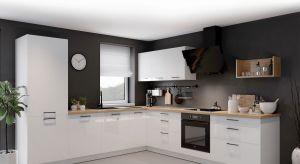 Meble kuchenne w czarnym kolorze wyglądają szykownie, mogą jednak wydawać się zbyt odważnym rozwiązaniem aranżacyjnym. Nie musimy bać się czerni - wystarczy postawić na wyraziste i efektowne akcenty. Bardziej bezpieczne będą uchwyty, sprzęt