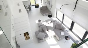 Antresola, czyli wydzielona część górnej kondygnacji, to znakomite rozwiązanie aranżacyjne w dwupoziomowych apartamentach.