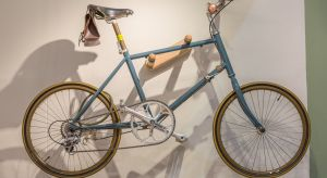 Przechowywanie roweru zimą może stanowić problem, jeżeli nie dysponujemy garażem lub piwnicą. W mieszkaniach o niewielkim metrażu idealnie sprawdzi się wieszak rowerowy.