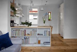 W kuchni zdecydowano się zachować niewielkie okienko, które dodaje wnętrzu autentyczności. Projekt: Aleksandra Kurc, Daria Pawlaczyk, Wiktor Kurc. Fot. MAKA Studio