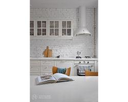 Aby nie zasłaniać cegły, w kuchni zastosowano klasyczne, wiszące szafki. Projekt: Aleksandra Kurc, Daria Pawlaczyk, Wiktor Kurc. Fot. MAKA Studio