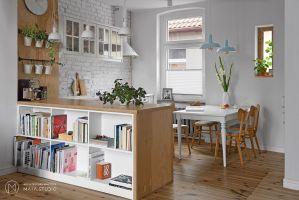 Za zgodą i przy pełnej akceptacji właścicieli, architekci zmienili układ funkcjonalny wnętrza. Projekt: Aleksandra Kurc, Daria Pawlaczyk, Wiktor Kurc. Fot. MAKA Studio