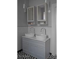 Z większej łazienki swobodnie mogą w tym samym czasie korzystać dwie osoby. Projekt: Aleksandra Kurc, Daria Pawlaczyk, Wiktor Kurc. Fot. MAKA Studio