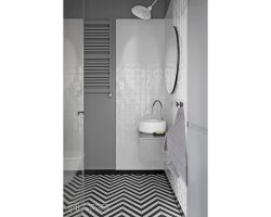 Mniejsza łazienka, oprócz umywalki i toalety mieści również kabinę prysznicową. Projekt: Aleksandra Kurc, Daria Pawlaczyk, Wiktor Kurc. Fot. MAKA Studio