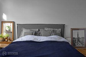 Sypialnia zaaranżowana przez gospodarzy idealnie wpisuje się w wyznaczony przez projektantów klimat wnętrza. Projekt: Aleksandra Kurc, Daria Pawlaczyk, Wiktor Kurc. Fot. MAKA Studio