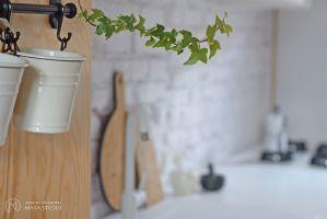 W trakcie remontu odkryto naturalną cegłę, z której zbudowana jest kamienica.Projekt: Aleksandra Kurc, Daria Pawlaczyk, Wiktor Kurc. Fot. MAKA Studio