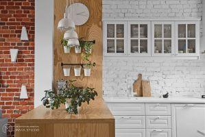 W części kuchennej cegłę pomalowano na biało, w salonie zachowano jej naturalny kolor. Projekt: Aleksandra Kurc, Daria Pawlaczyk, Wiktor Kurc. Fot. MAKA Studio