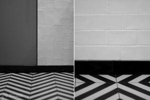 Chociaż w obu łazienkach na podłogach i ścianach zastosowano takie same płytki, ułożono je w różny sposób, tworząc zupełnie inne wzory. Projekt: Aleksandra Kurc, Daria Pawlaczyk, Wiktor Kurc. Fot. MAKA Studio