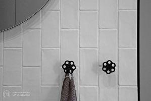 W łazienkach dominuje biel i szarości wzbogacone czarnymi elementami. Projekt: Aleksandra Kurc, Daria Pawlaczyk, Wiktor Kurc. Fot. MAKA Studio