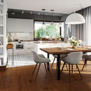 Kuchnia odseparowane jest od jadalni i salonu za pomocą praktycznej wyspy. Dom Alison IV G2 Energo Plus. Projekt: arch. Artur Wójciak. Fot. Pracownia Projektowa Archipelag