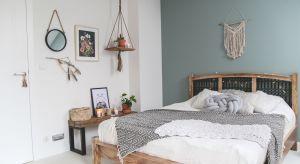 Ponadczasowe materiały, starannie dobrane detale i stonowana kolorystyka – sypialnia łącząca w sobie te cechy z pewnością będzie idealnym miejscem na odpoczynek i regenerację.