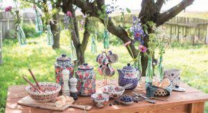 Po latach dominacji minimalizmu znów zaczynamy doceniać bardziej wyraziste kolory, wzory, wnętrza pełne kontrastów, różnorakich faktur i motywów. Bogato dekorowane ceramiczne naczynia znakomicie wpisują się w ten trend.