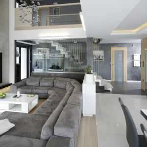 Dwupoziomowy apartament z antresolą. Projekt: Renata Modrzyńska-Kasiak. Fot. Bartosz Jarosz