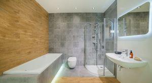 Rodzinna łazienkato wspólna przestrzeń, którą trzeba dopasować do potrzeb wszystkich domowników. Warto o tym pomyśleć planując rozkład wnętrza,wybór materiałówczy kolorów.