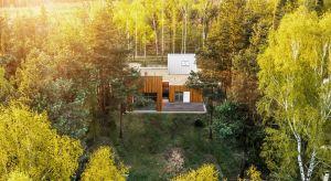 Współczesna architektura jednorodzinna coraz częściej zachwyca odważną wizją, lepiej odpowiada na aktualne potrzeby mieszkańców i środowiska, a przy tym dobrze koresponduje ze swoim otoczeniem, tworząc z nim spójną całość.