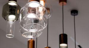"""Nowa kolekcja lamp, w której minimalizm łączy się z klasyką. Nowoczesne oświetlenie """"opakowane"""" w klosze powstające w procesie ręcznej produkcji według ponad stuletniej receptury. W tym roku kolekcję uzupełniają nowe zestawy lamp wiszącyc"""