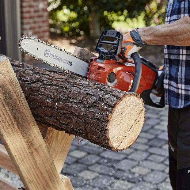Prace w ogrodzie. Podpowiadamy, jak ciąć drewno i ostrzyć łańcuch