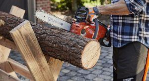 Cięcie drewna nie jest zadaniem skomplikowanym natomiast ważna jest prawidłowa technika, odpowiednie zabezpieczenie i przede wszystkim wydajna maszyna. Mając nawet najlepszą pilarkę można popełnić błąd. Ponadto trzeba pamiętać, aby zawsze mie
