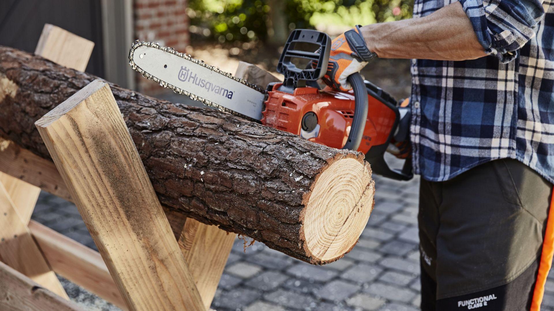 Prace w ogrodzie - cięcie drewna. Fot. Husqvarna