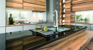 Przystępując do urządzania kuchni, poza wyborem mebli czy płytek, musimy zdecydować się także na zlewozmywak i baterię. Niezależnie czy postawimy na zlew jedno czy dwukomorowy, kwadratowy czy okrągły, z ociekaczem czy bez, kluczowy jest wybór