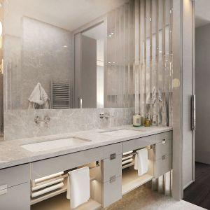 Również łazienka jest utrzymana w jasnych barwach, wykończona marmurem Nordic Grey. Projekt i zdjęcia: pracownia architektoniczna Wyrzykowski Studio