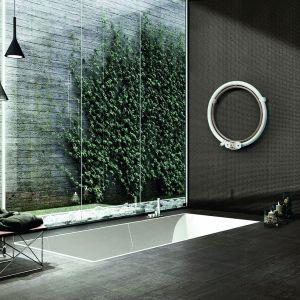 """Głównymi """"składnikami"""" Donuta są prostota i czyste, geometryczne linie. To montowany na ścianie grzejnik łazienkowy wykonany z wysoko wytrzymałej stali wygiętej w okrąg zewnętrzny o średnicy 700 mm, wykonany z okrągłą rurą o znacznych rozmiarach (42 mm) i wewnętrznej 18 mm. Fot. Scirocco H"""