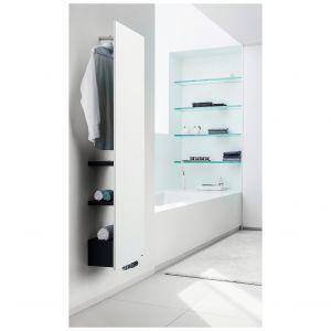 Niva Bath to coś więcej niż grzejnik łazienkowy. Odsunięcie grzejnika od ściany na 325 mm zapewniło miejsce na półki oraz wieszak. Dostępny jest w 55 kolorach. Półki standardowo są w kolorze czarnym, ale opcjonalnie możliwe jest zamówienie ich również w kolorze białym. Fot. Vasco