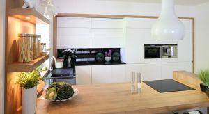 Górne szafki kuchenne to praktyczne rozwiązanie, które jednocześnie może być głównym elementem dekoracyjnym. Bardzo modne jest wieszanie wysokich szafek po sam sufit.