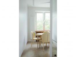 Aby nie zmniejszać wizualnie wnętrza, na przeciwległej ścianie projektantka przewidziała zabudowę o prostej, minimalistycznej formie, która niemal stapia się ze ścianą. Projekt: Natalia Juszczyk. Fot. Xicorra