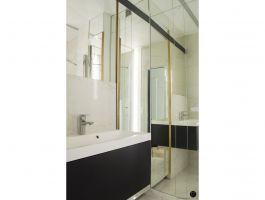 W niewielkiej łazience znalazło się miejsce na dużą umywalkę , toaletę i kabinę natryskową. Projekt: Natalia Juszczyk. Fot. Xicorra